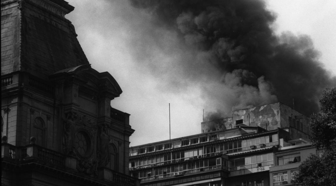 Detalhe do teto da Biblioteca Nacional aparece na foto que registrou o inc�ndio no pr�dio da Coordenadoria Regional do Inamps, hoje INSS, e da Secretaria Estadual de Sa�de, em 8 de maio de 1992, na Rua M�xico, no Centro da cidade. O inc�ndio, causado por um curto-circuito, gerou p�nico entre os 1.500 funcion�rios do pr�dio, mas n�o deixou feridos.