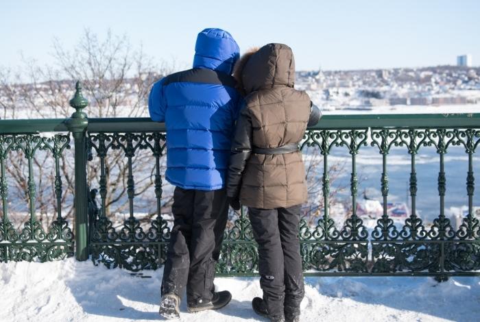 Para curtir a paisagem de Quebec, casal se encapotou todo