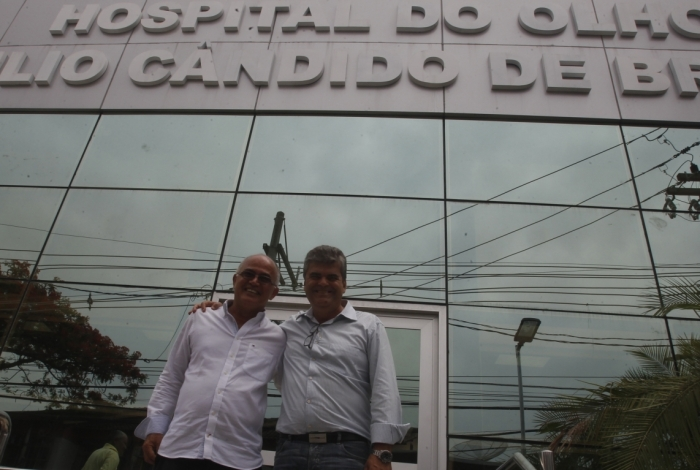 Washington Reis (D) e o secretário Carlos Oliveira visitaram ontem o Hospital do Olho Cândido de Brito