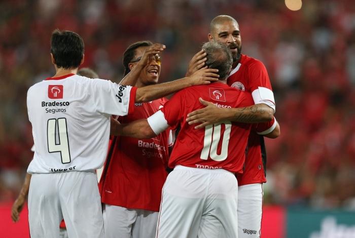 Adriano recebe o abraço de Zico: ídolos da torcida rubro-negra