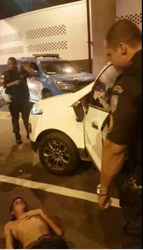 Um dos ocupantes do carro foi ferido. O veículo que furou a blitz do Exército ficou com diversas perfurações