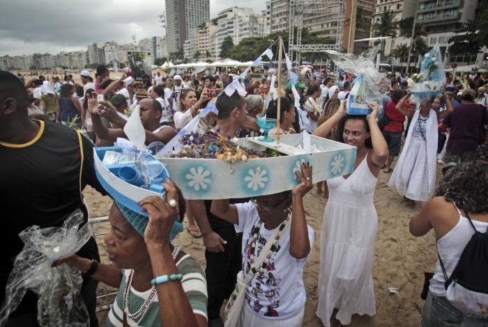 Fiéis apostam na preparação de presentes característicos do orixá, como barco, flores e perfume