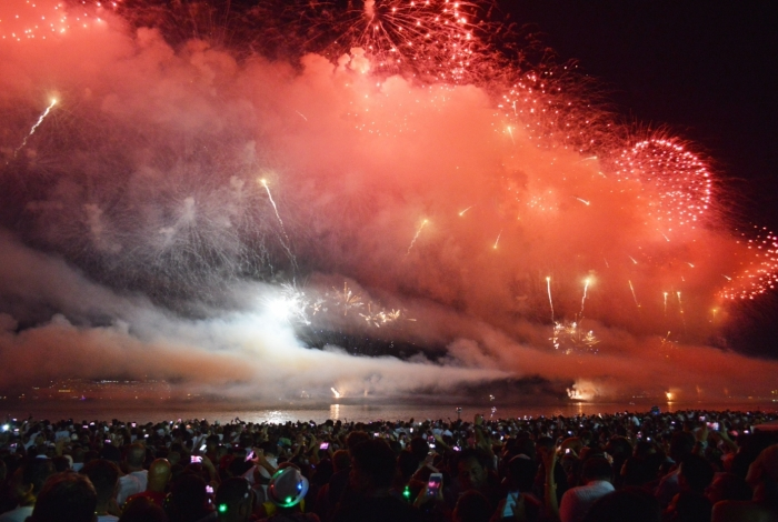 31/12/2017 - AGÊNCIA DE NOTîCIA - PARCEIRO Queima de fogos na Praia de Copacabana, na Zona Sul do Rio, na festa de Réveillon neste domingo (31)