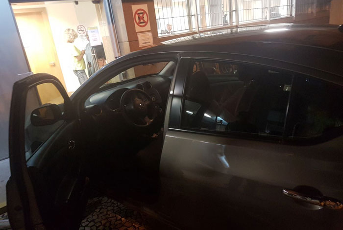 Mulher jogou carro contra porta do Plantão Judiciário, no Centro do Rio