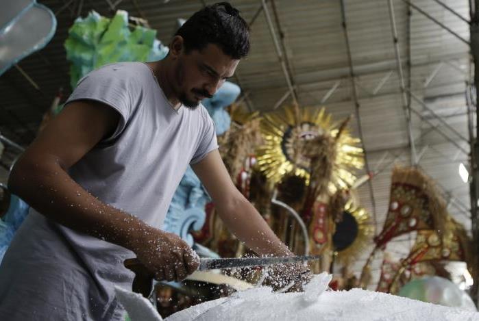 Trabalhador prepara fantasias e alegoria no Império da Tijuca