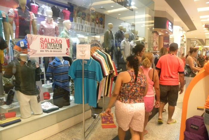 Lojas de vários segmentos, como eletrônicos e vestuário, reduzem os preços para atrair consumidores