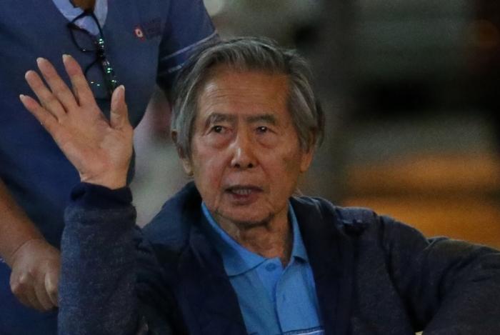 Fujimori acena na sa�da do hospital: libertado ap�s 'acord�o'