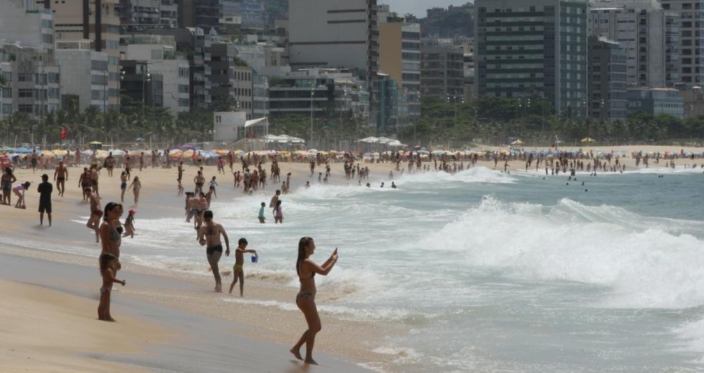 Está em vigor o aviso de ressaca emitido pela Marinha do Brasil. Segundo o comunicado, ondas de até 2,5 metros podem atingir o litoral carioca