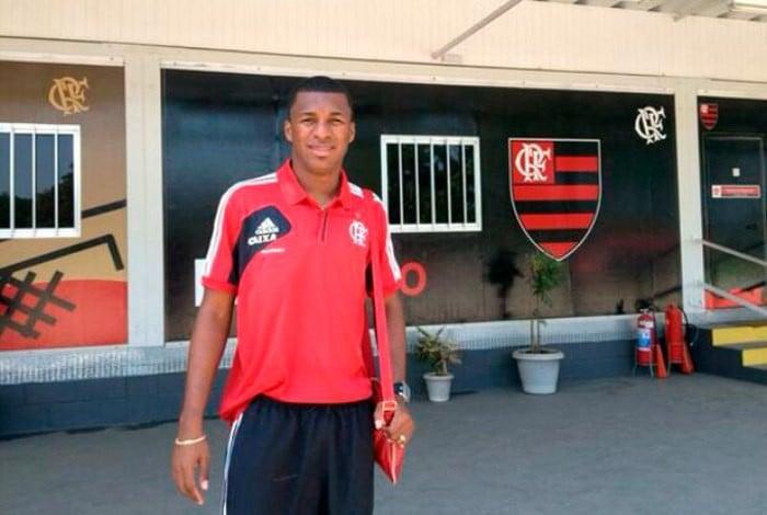 Erazo - 'El Elegante', como era apelidado no Equador, Frickson Erazo chegou ao Flamengo em 2014 após passagem de destaque pelo Barcelona de Guayaquil. No entanto, o zagueiro fez partidas terríveis na equipe carioca e só foi aproveitado em sete jogos. Foi emprestado ao Grêmio e depois comprado pelo Atlético-MG.