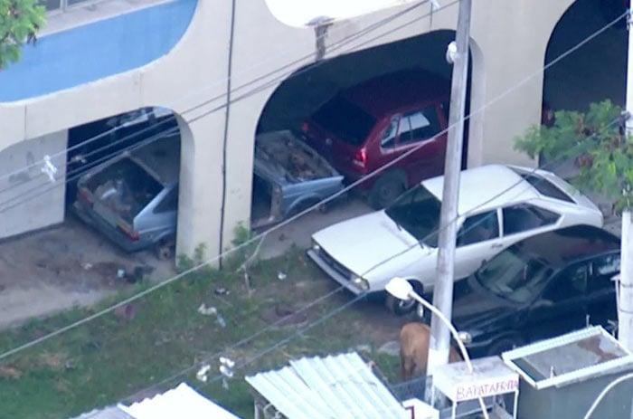 Bandidos usam pátio de Ciep, em Niterói, para esconder carros roubados