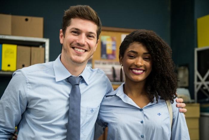 Bruno (Caio Paduan) e Raquel (Erika Januza): casal unido contra as atitudes preconceituosas de Nádia