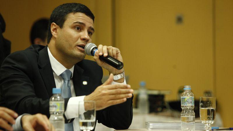 Cl�udio Damasceno: 'O governo achata a renda do trabalhador'