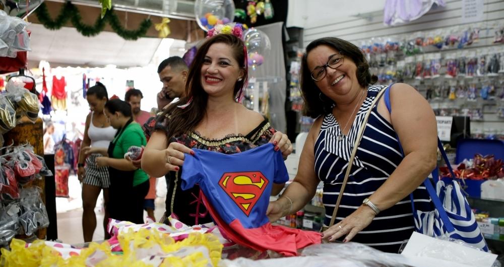 Katia Regina, de �culos, foi � Saara procurar fantasia com pre�o em conta para o neto brincar o Carnaval