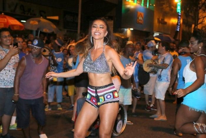 Sabrina Sato brilha no ensaio de rua da Vila Isabel