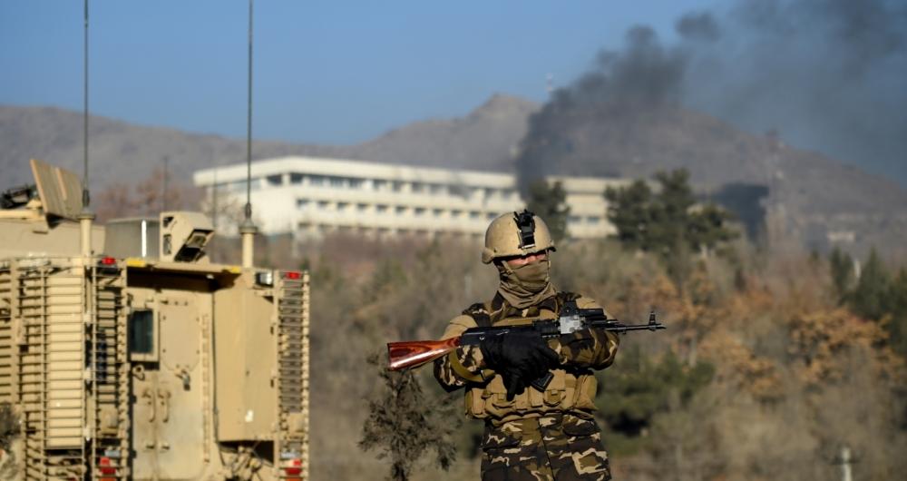 Um soldado protege os acessos do Hotel Intercontinental de Cabul, que ainda tinha explosivos ontem