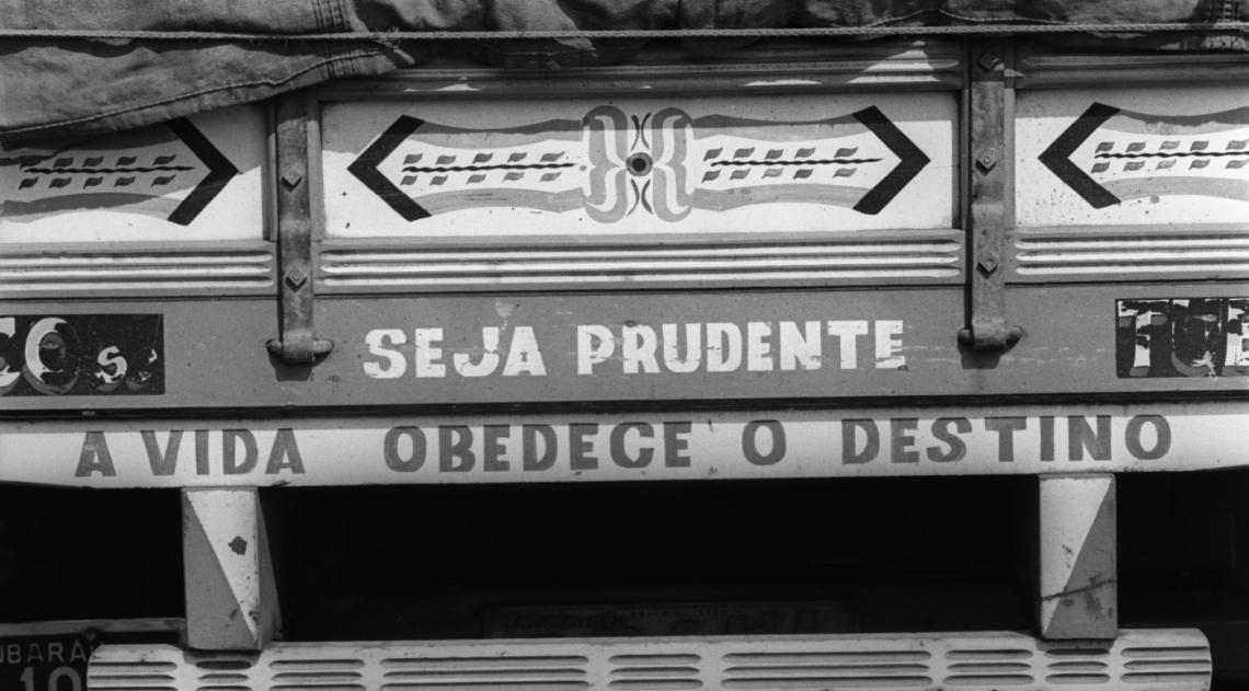 A inspiração do desenho da escrita é argentina; ornamentava carroças no fim do século 19 e depois ônibus e caminhões dos hermanos. Teria surgido no Brasil nos anos 1950. Com a modernização da frota de caminhões, a exibição de frases nos para-choques se reduziu. Mas era uma distração, na maioria das vezes bem-humoradas, mas também filosóficas, românticas,  religiosas, nas estradas brasileiras. A foto é de 1973.