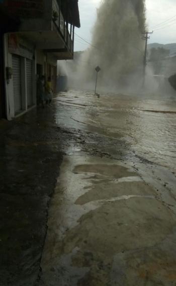 Adutora que rompeu em Santíssimo inundou diversas casas