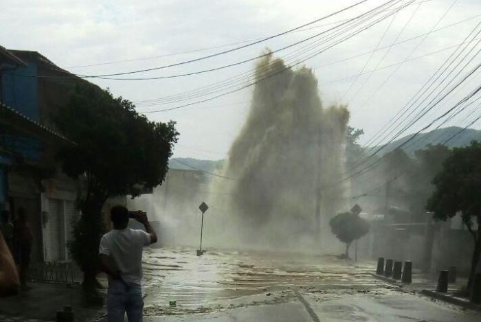 Adutora rompeu em Santíssimo em 2018. Água chegou a 10 metros de altura e alagou várias casas
