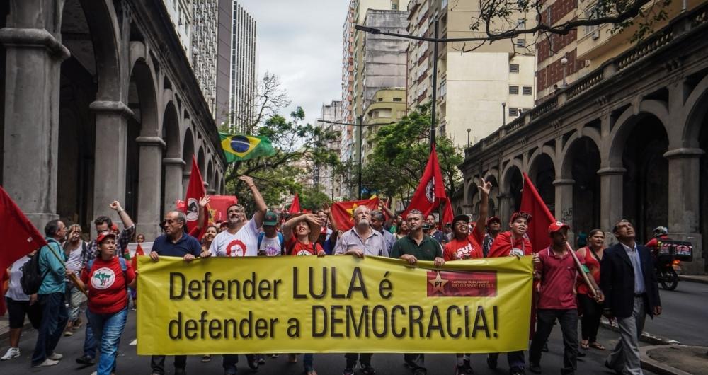 Manifestantes simpatizantes petistas vaiam Moro e pedem 'iluminação' ao relator do caso de Lula no TRF-4