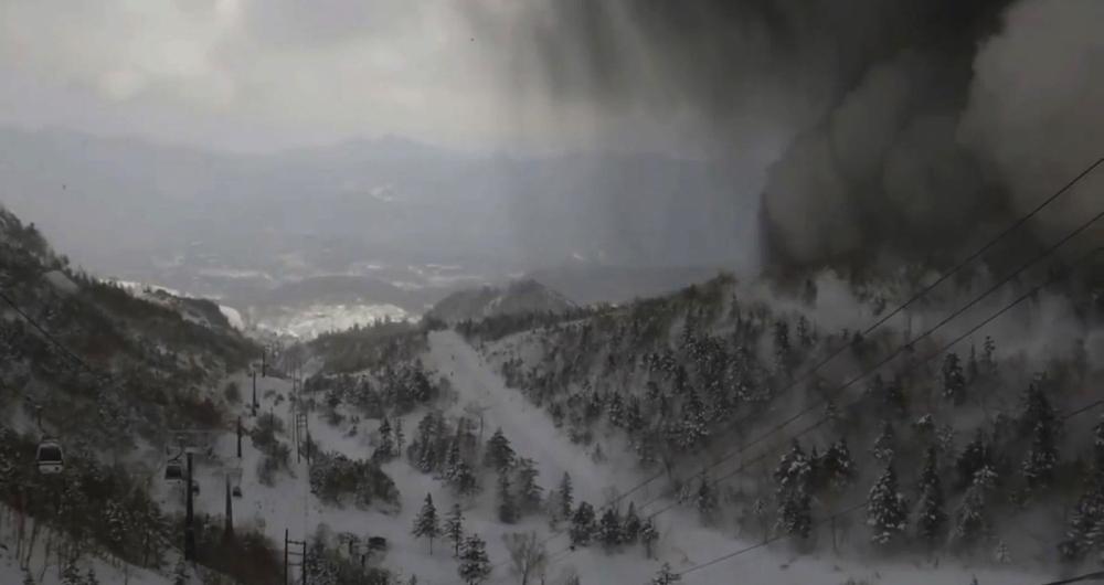 Erup��o do vulc�o e uma avalanche deixa um morto e v�rios feridos, alguns em estado grave. Uma pessoa est� desaparecida