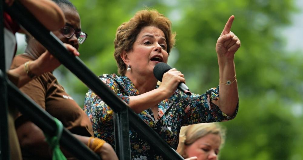 Dilma discursou para simpatizantes de Lula em Porto Alegre