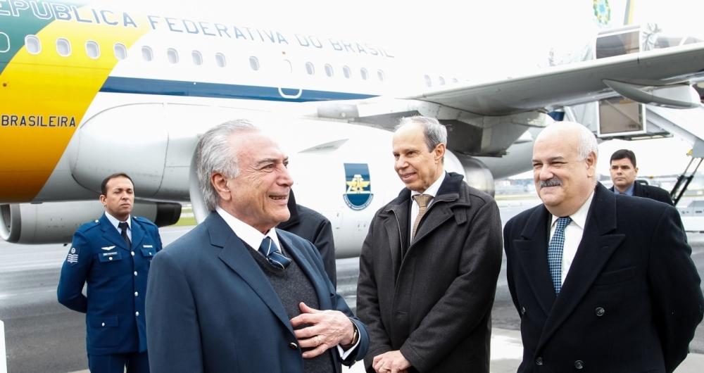 O presidente Michel Temer desembarcou na Suíça com ministros