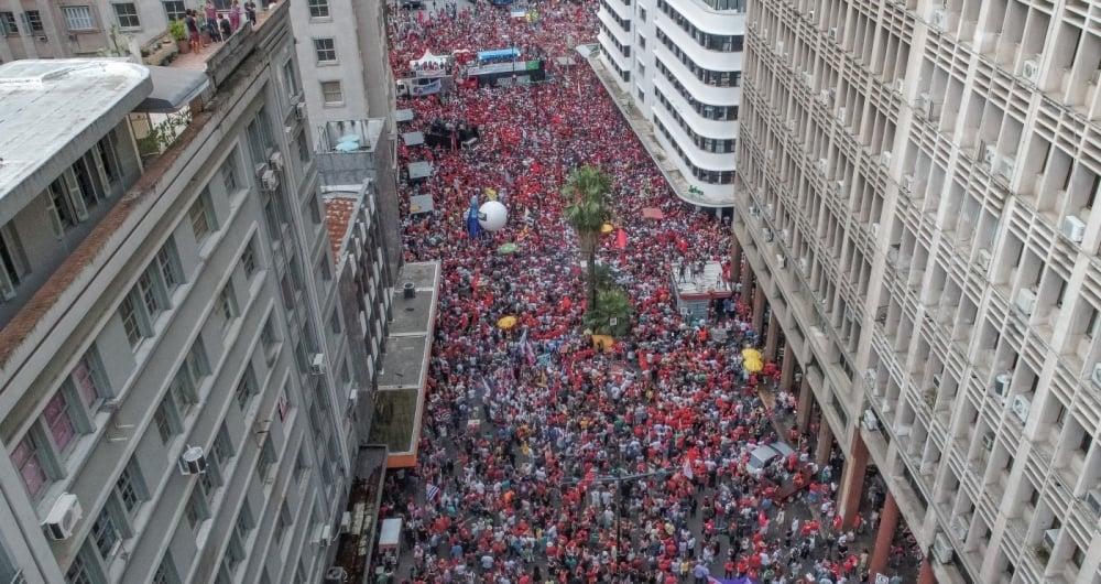 Os manifestantes pedem o direito do ex-presidente Luiz Inácio Lula da Silva de concorrer à eleição presidencial deste ano. Julgamento ocorre hoje