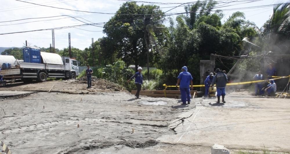 Equipes da Cedae estiveram ontem, na Estrada do Limeirão, para levantamento dos danos nas residências