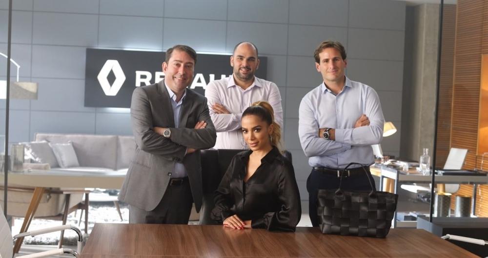 Anitta com os executivos da Renault Brasil