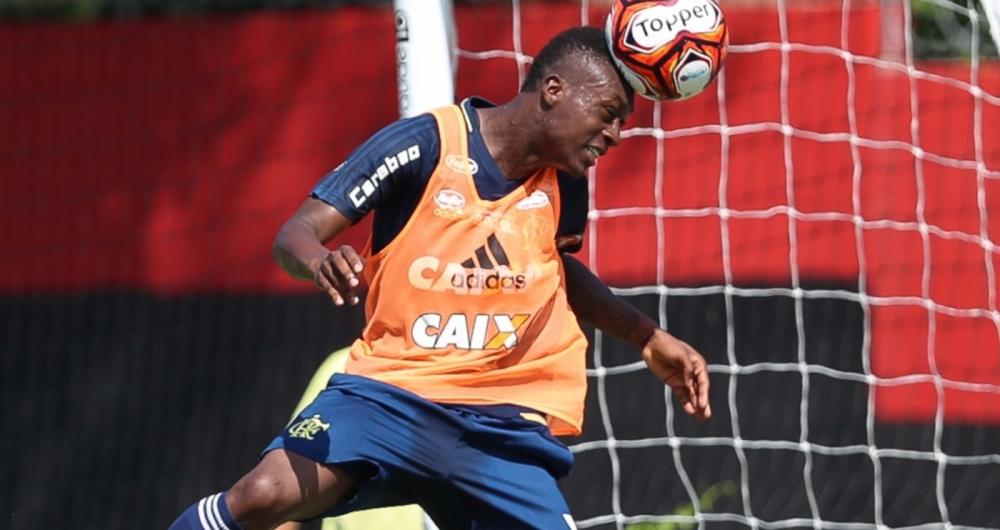 Marlos Moreno, atacante do Flamengo, cabeceia a bola, em treino no Ninho do Urubu