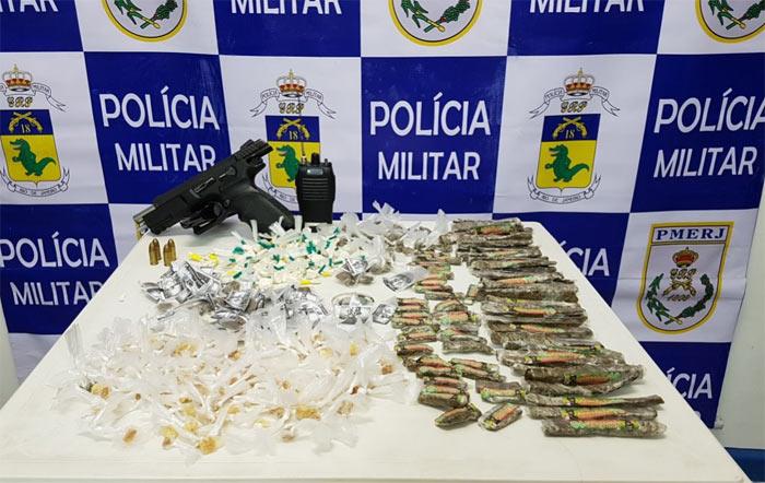 Na ação, os policiais apreenderam drogas, radiotransmissor e armas na Cidade de Deus