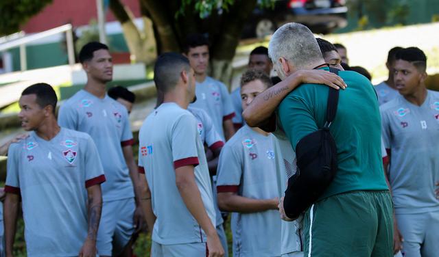 L�o Percovich � abra�ado por jogadores em seu retorno ao Fluminense