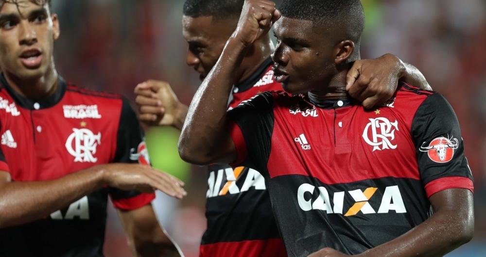 Lincoln comemora seu gol durante a partida entre Flamengo e Bangu