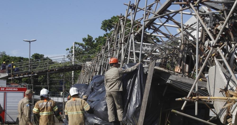 Caminhão que estava naa  obras da Av. Brsil bateu na passarela altura de Cordovil derubou e motorista morreu Silva Agencia O Dia