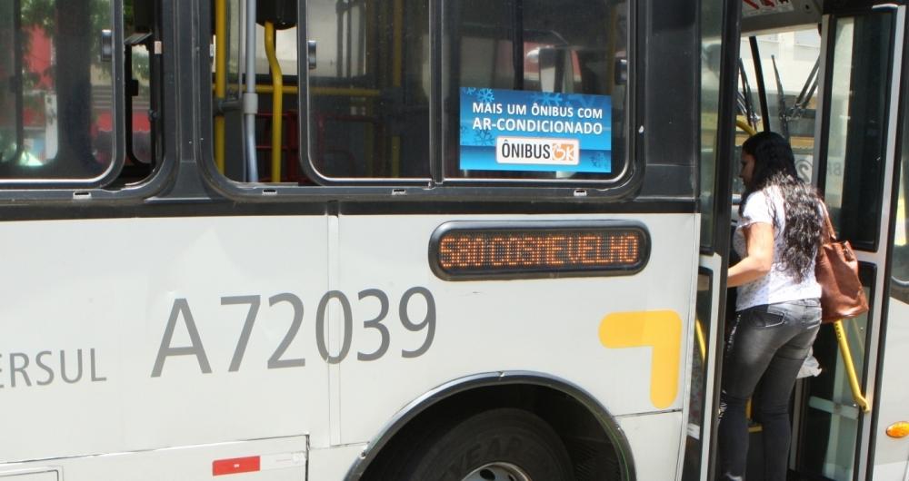 Passageira sobe em ônibus com ar, mas com a janela aberta