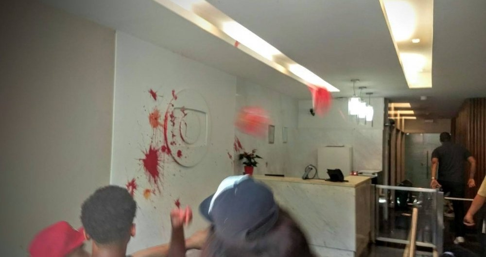Manifestantes invadem pr�dio da TV Globo, no Jardim Bot�nico