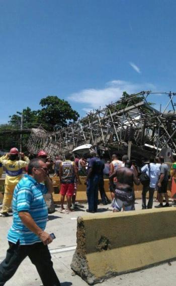 Passarela caiu em cima de caminhão na Avenida Brasil