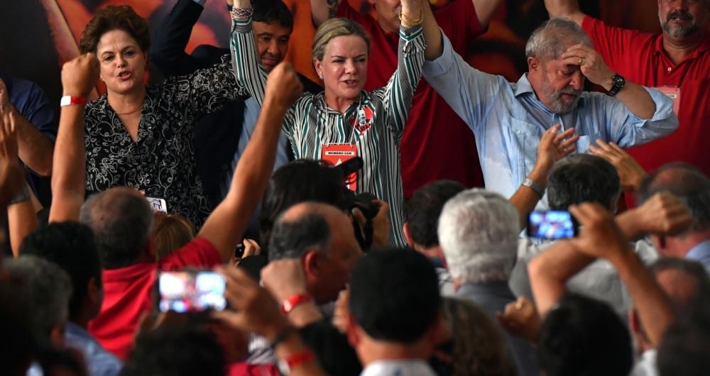 Ao lado de Dilma, a presidente do PT, Gleisi Hoffmann, anunciou ontem no Diret�rio do Partido a candidatura de Lula para as elei��es