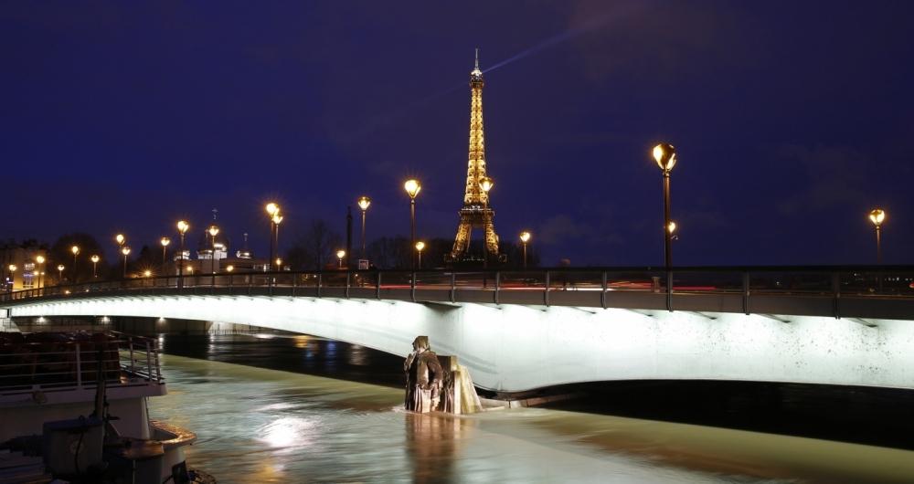 A Estátua de Zouave, na Pont d'Alma, encoberta pela água do Sena