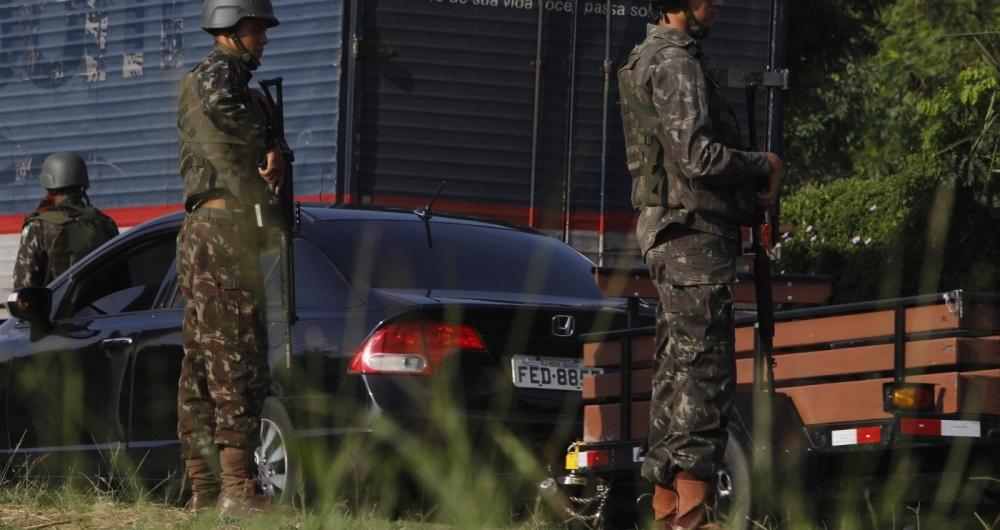 Forças Armadas e PRF fazem operação nas vias expressas do Rio
