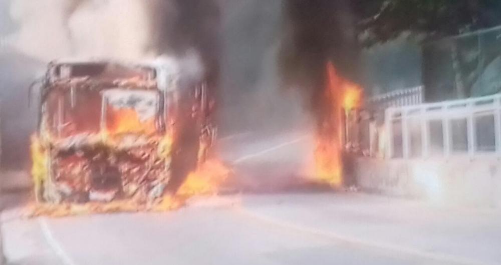Ônibus foi incendiado na Avenida Niemeyer, altura do Vidigal