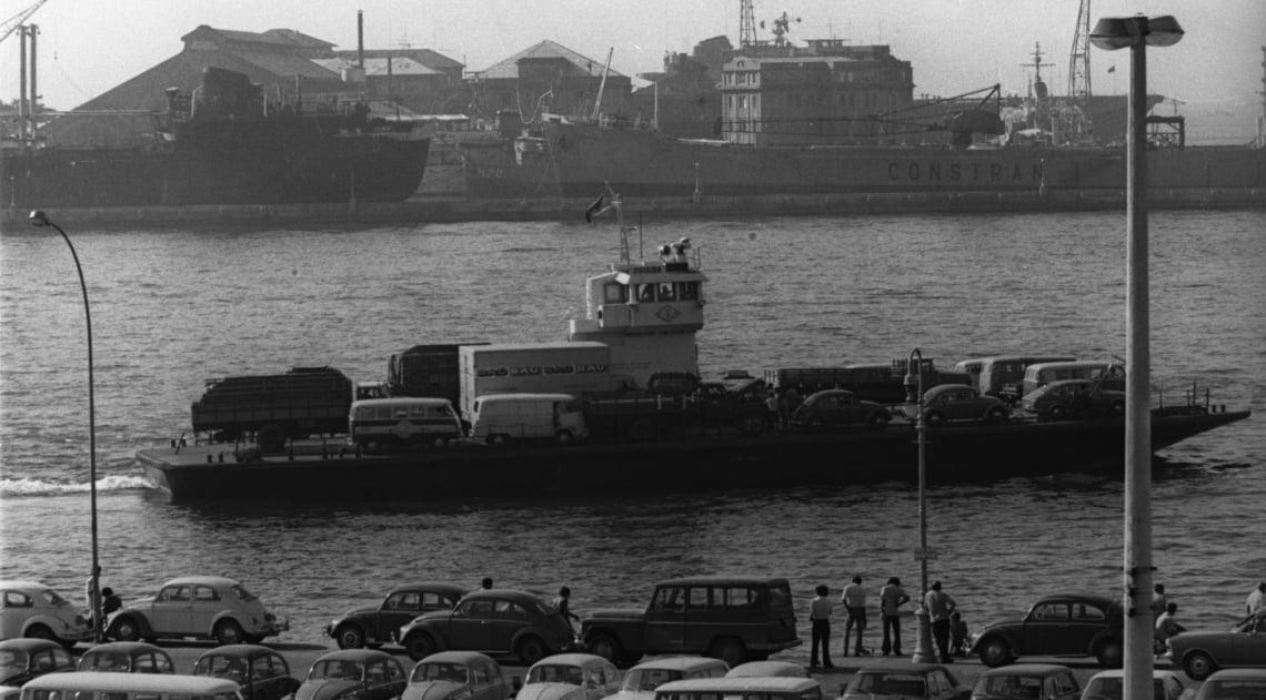 Antes da inaugura��o da Ponte Rio-Niter�i, eram as barca�as que atravessavam os ve�culos pela Ba�a de Guanabara. O dia da foto era 28 de maio de 1973, e a Pira�ba levava para a Niter�i, entre outros, um caminh�o do Ba� da Felicidade, do grupo Silvio Santos.