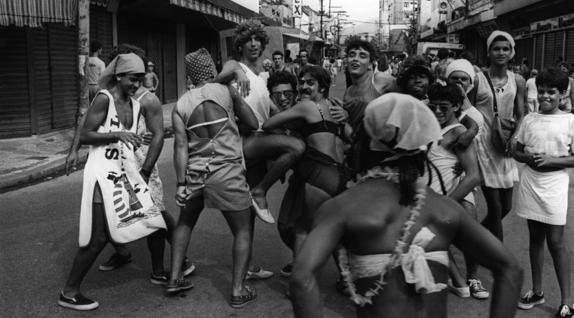 J� � Carnaval na Mem�ria! A c�mera do fot�grafo do DIA motivou mais caras, bocas e trejeitos da turma que se vestiu de mulher para se divertir no Carnaval. O bloco formado por homens, que tem como caracter�stica o improviso e faz o figurino usando roupas e acess�rios das mulheres da fam�lia e das amigas, desfilava por Madureira em fevereiro de 1988.