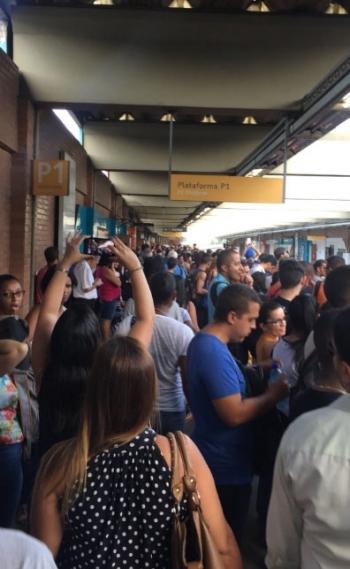 Por causa da interrupção dos trens, passageiros lotaram as estações de metrô