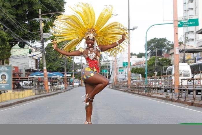 Carnaval da Intendente Magalhães, em Campinho. Na imagem, Egili Aparecida de Oliveira Conceição, rainha de bateria da Mocidade Unida do Santa Marta