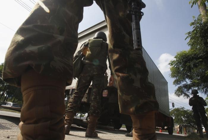 Militares do Exército fazendo Blitz em pontos   criticos  com  objetivo de evitar o roubo de cargas , Trevo das Margaridas altura de Jardim America Severino Silva Agencia O Dia