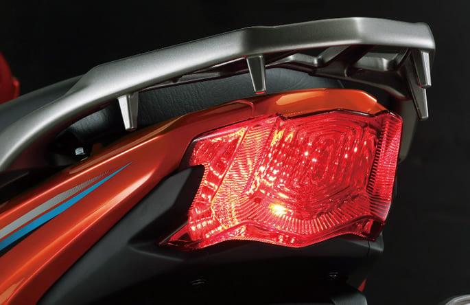 Luz traseira de cristal, que aumenta o alcance e segurança durante a pilotagem
