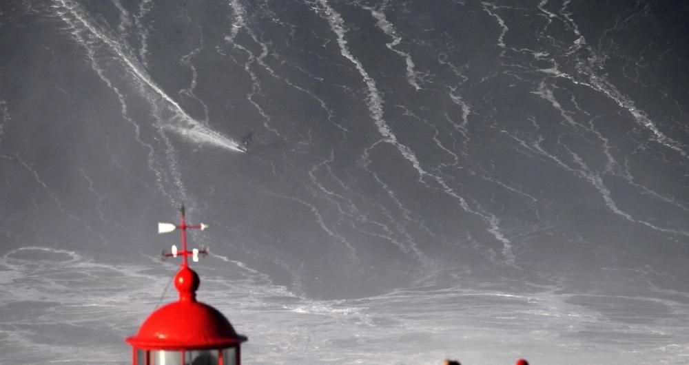 German big wave surfer Sebastien Steudtner drops a wave during a surf session in Praia do Norte in Nazare, central Portugal. / AFP PHOTO / FRANCISCO LEONG