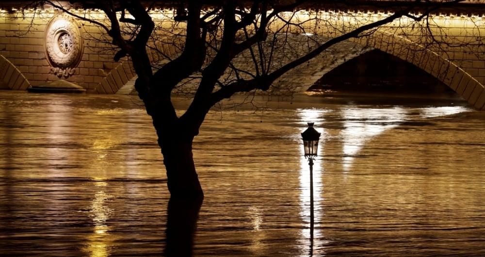Cheia do Rio Sena paralisa atividades turísticas em Paris