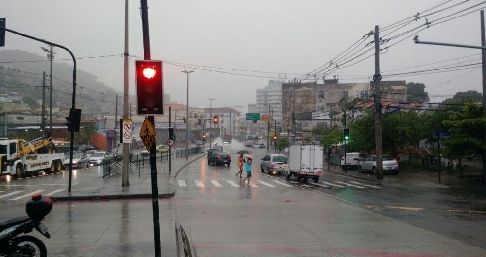 Avenida Ministro Edgar Romero teve bolsões d'água na altura do Mercadão de Madureira, no sentido Vaz Lobo